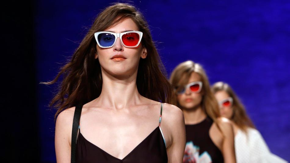 Модели в стереоочках демонстрируют одежду с 3D-эффектом