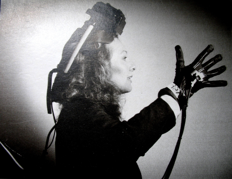На фото в очках и пер- чатке VPL позирует не девушка Ланье, а художник Николь Стэнджер, известная своими трехмерными картинами