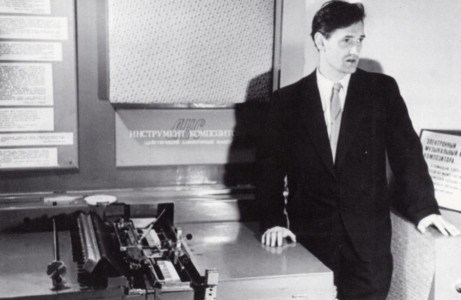 Евгений Мурзин показывает свое детище. ВДНХ. 1962
