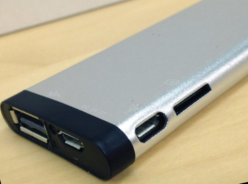 На задней стороне стика располагаются два порта microUSB 2.0, один полнораз- мерный порт USB 2.0, слот для карты памяти и светодиод