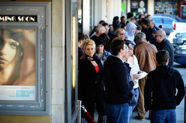 Очередь в кинотеатр Plaza Theatre (Атланта) на премьеру фильма «Интервью»