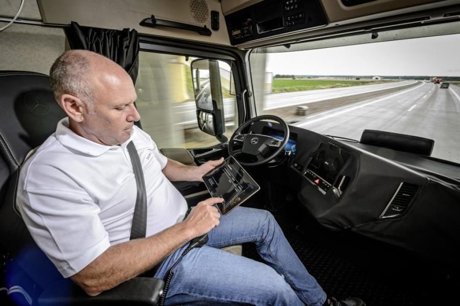 Mercedes-Benz — грузовик, который ездит сам. Практичненько и удобно (угонять груз, не выходя из дома?)
