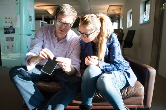 Технический директор Оливер Эберт показывает сотруднице, как отщёлкивается экран на первом прототипе смартфона Fairphone 2