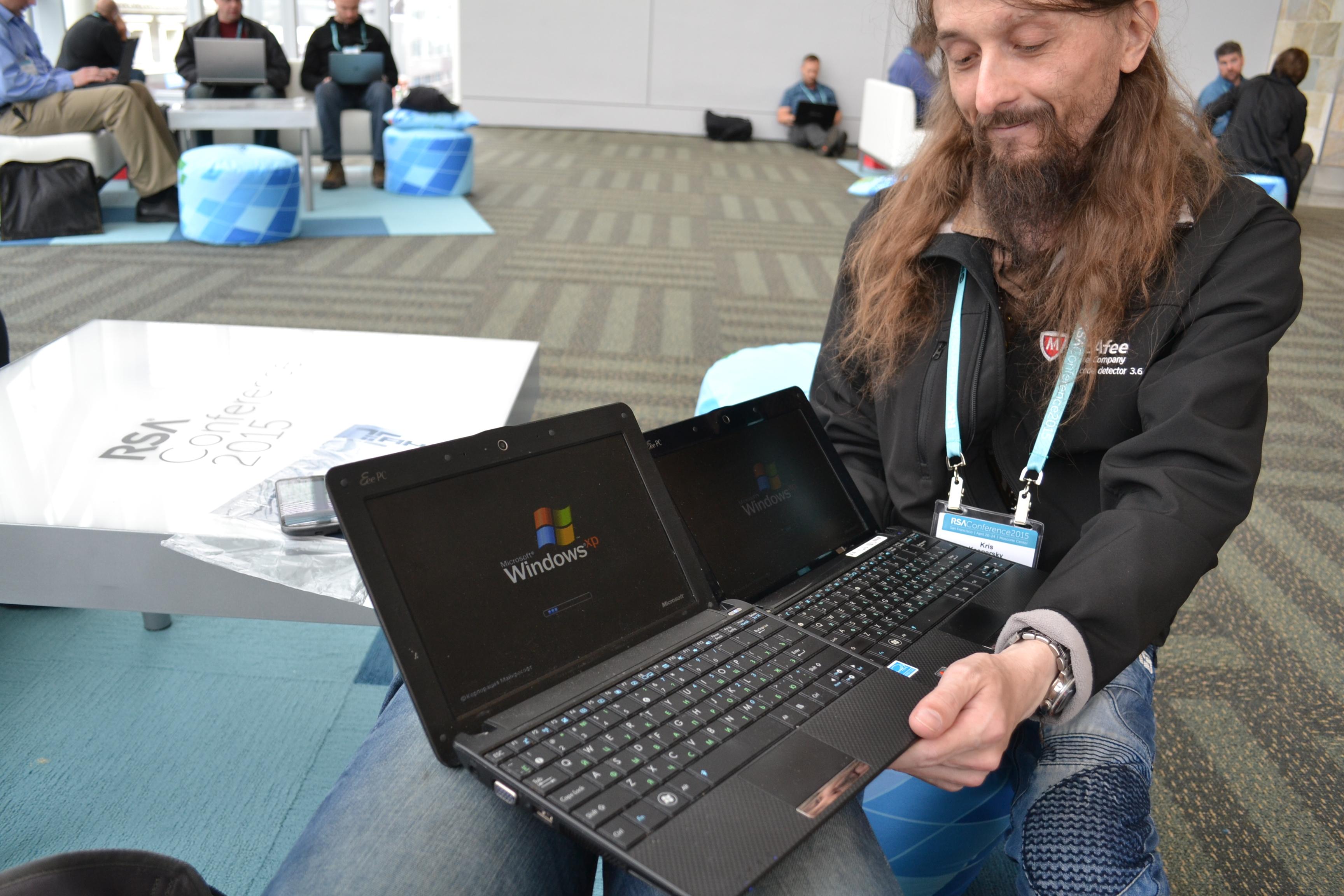Встретились мы с Крисом, сели за столик в западном корпусе, и я достал из рюкзака свой повидавший много стран Asus Eee PC 1001px. А Крис посмотрел на меня с некоторым подозрением и достал из своего рюкзака точно такой же нетбук... И да, мы пользуемся Windows XP!