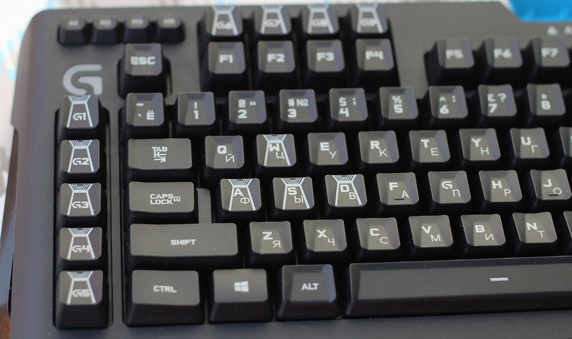 Каждая клавиша имеет небольшое углубление, которое не дает соскользнуть пальцам