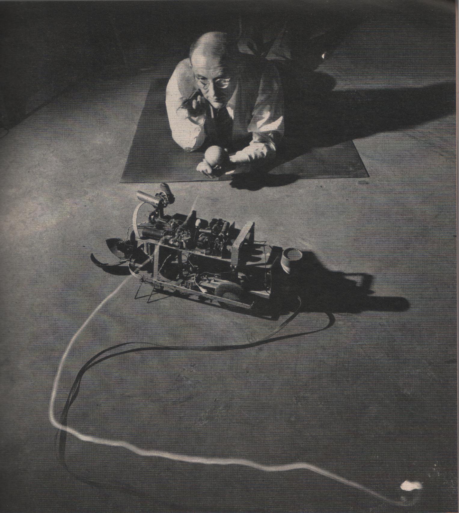 Беркли играет со своей электробелкой Squee