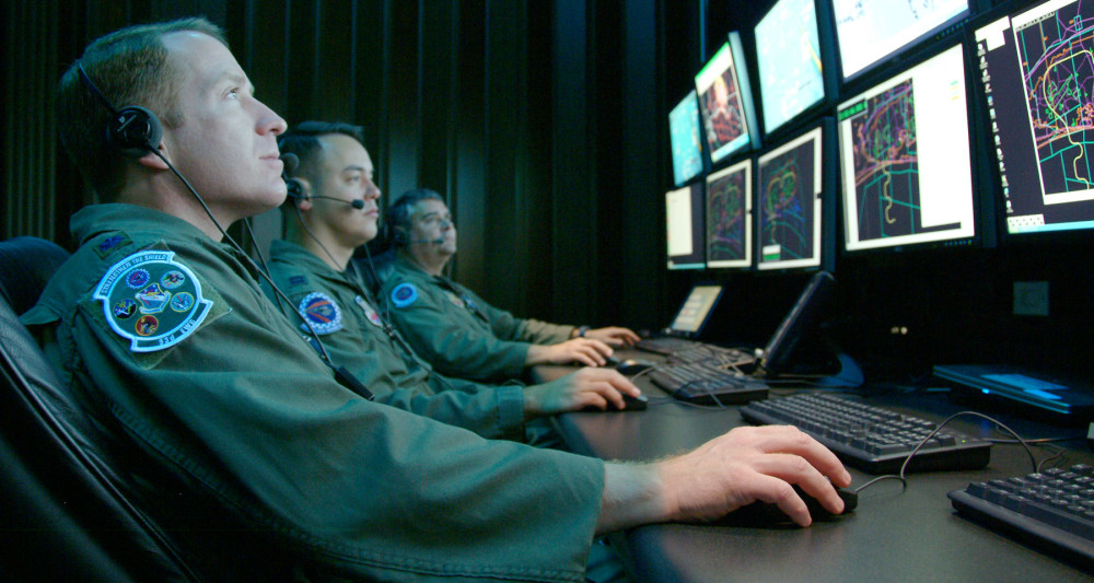 https://xakep.ru/wp-content/uploads/2015/08/Monitoring_a_simulated_test_at_Central_Control_Facility_at_Eglin_Air_Force_Base_080416-F-5297K-101-1000x533.jpg