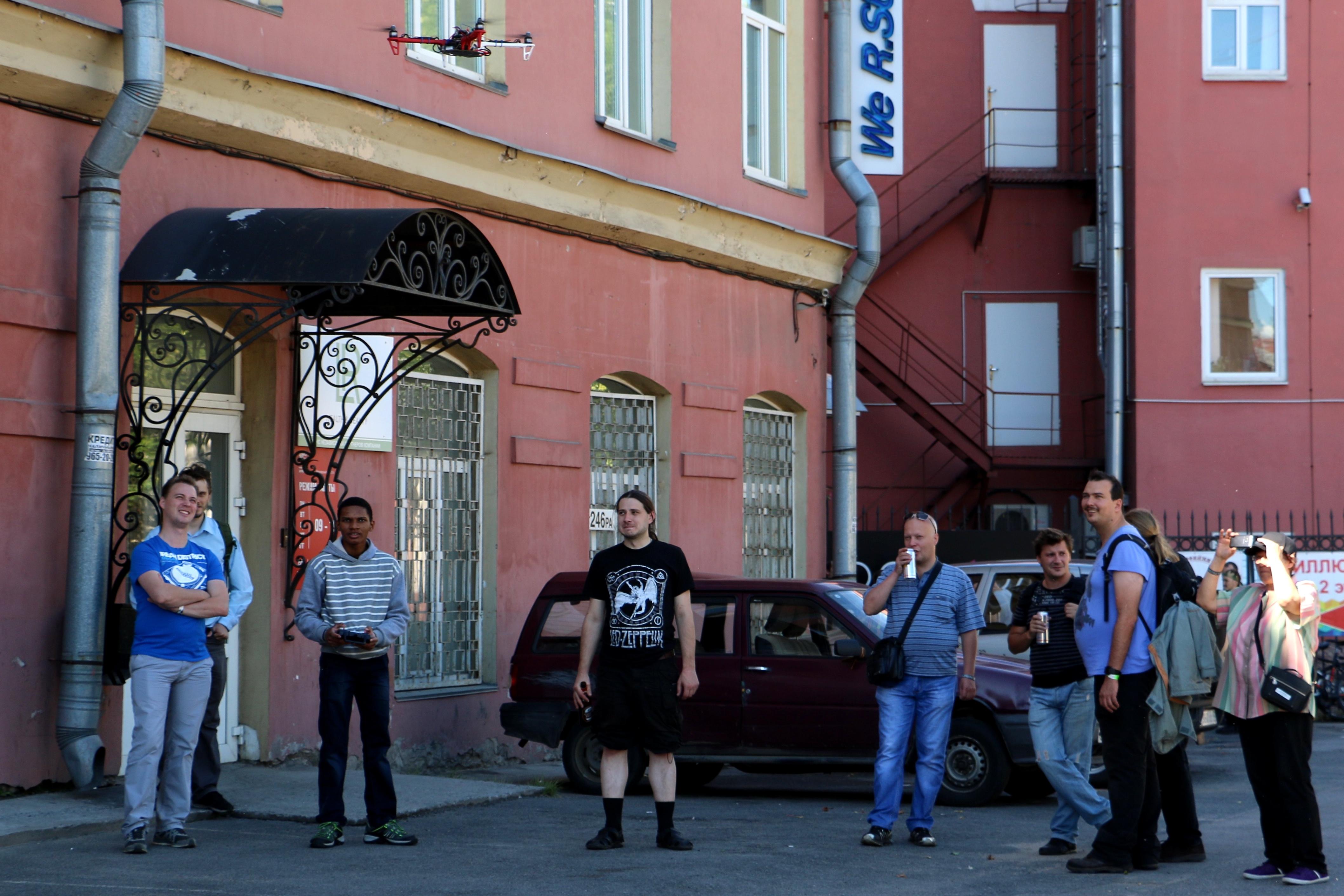 Любители пива развлекались на улице. Весело было и тут: вот, к примеру, квадрокоптер прилетел
