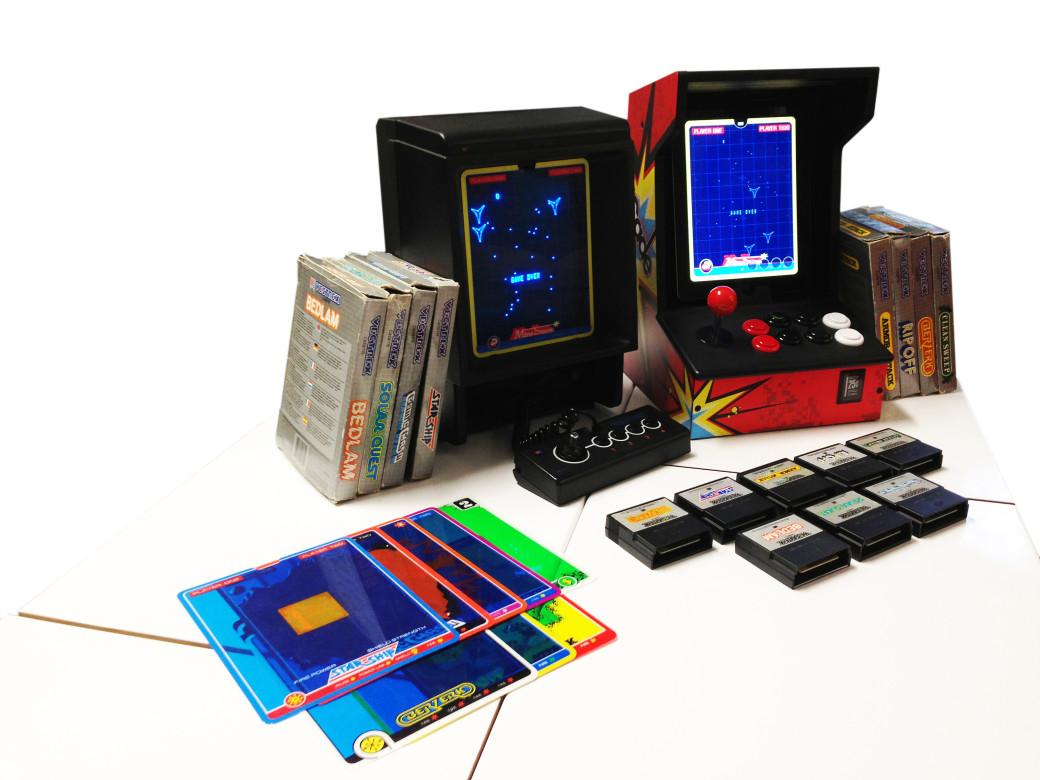 Одной из жемчужин выставки стал векторный компьютер Vectrex 1982 года. О его уникальных особенностях рассказывали на соответствующем семинаре. Я туда не попал и ограничился тем, что поиграл на «Вектрексе» в тамошний порт Asteroids. Для 1982 года поразительно плавная анимация и четкая графика. Правда, всего лишь черно-белые контуры в отличие от буйства красок на тех же ZX Spectrum, Amiga и Commodore