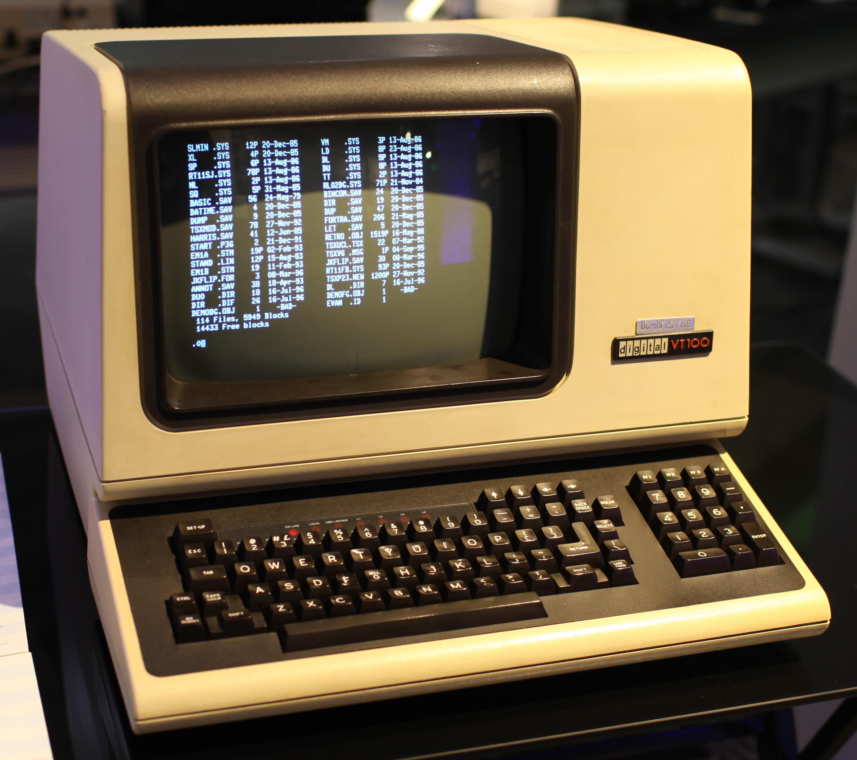 Терминал DEC VT100 — именно его программная реализация сегодня носит имя «Эмулятор терминала»