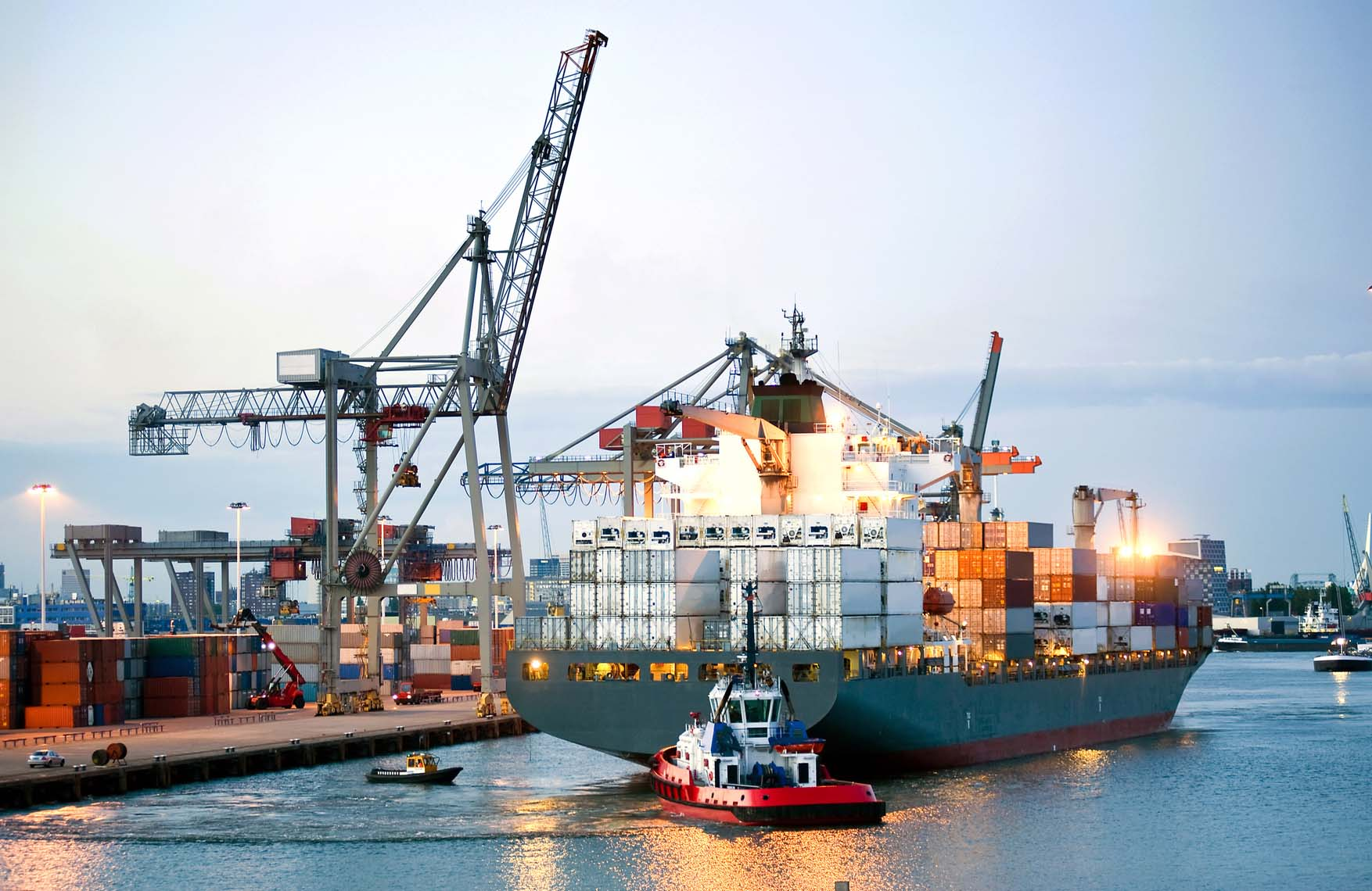 manouvering-container-ship-m