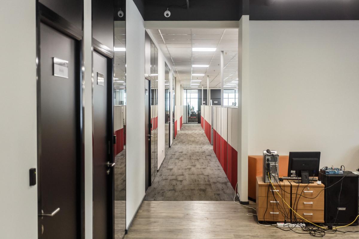Да ладно, мы пошутили, на самом деле офис выглядит вот так. В правом нижнем углу ты можешь наблюдать торжество беспроводных технологий