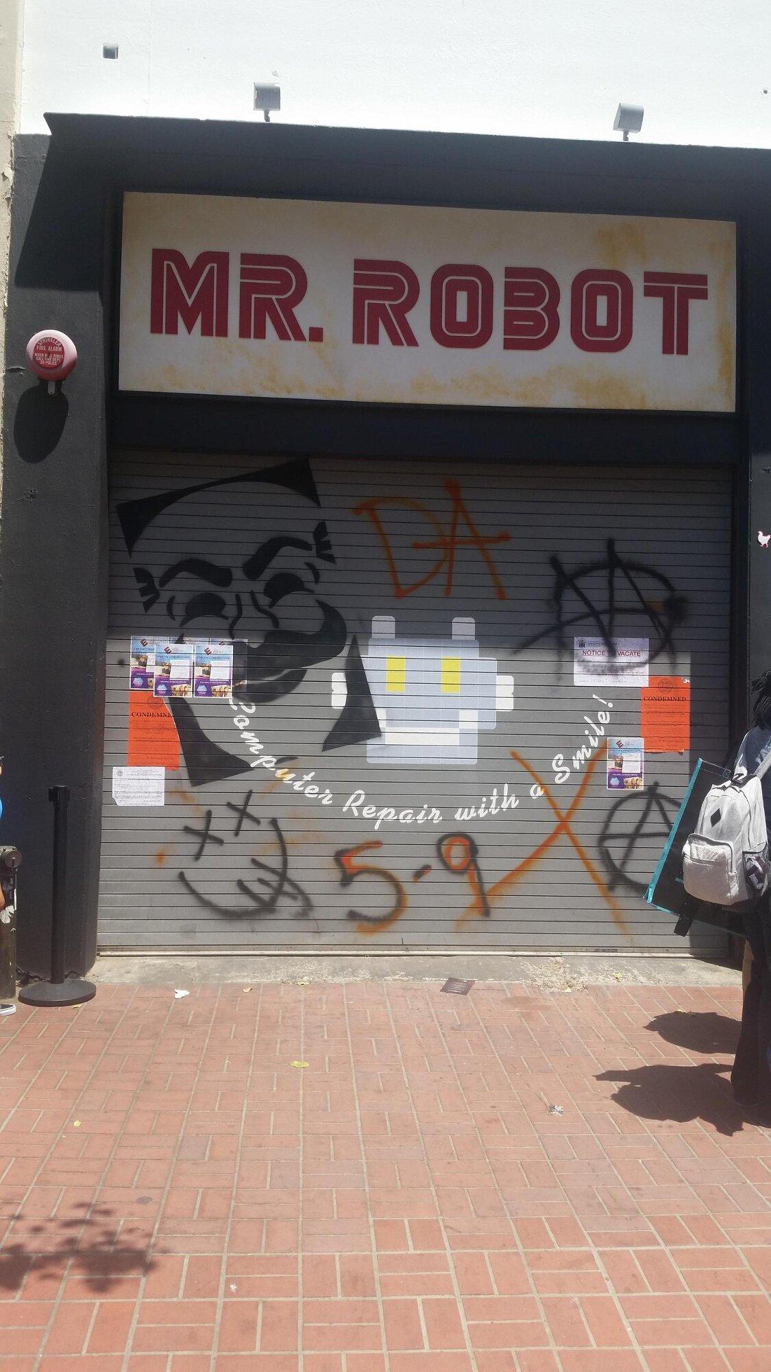 Закрытый магазин Mr. Robot, который встречался по пути