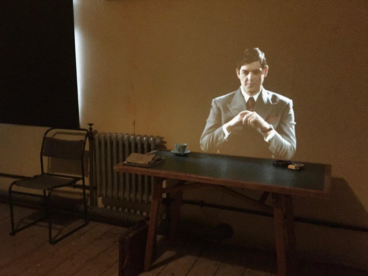 Во многих комнатах царит полумрак — чтобы лучше были видны проекции