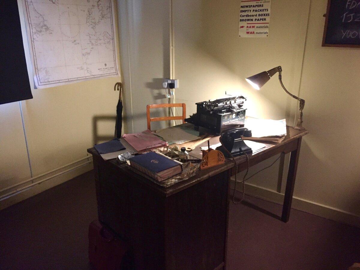 Примерно так выглядел стол Алана Тьюринга
