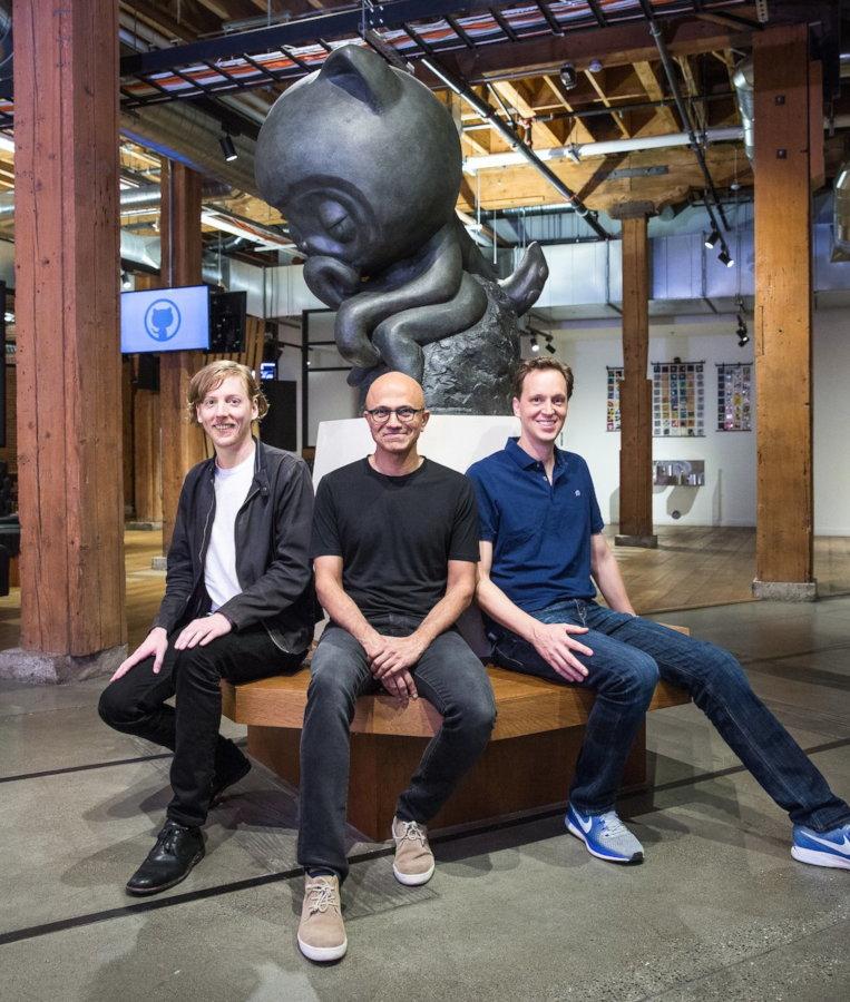 Слева направо: Крис Ванстрас, Сатья Наделла, Нэт Фридман