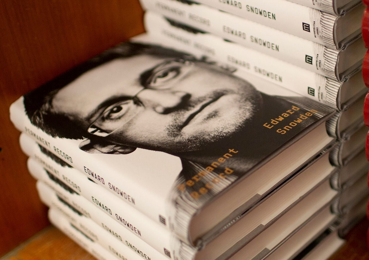 Американские власти подали в суд на Эдварда Сноудена из-за его новой книги