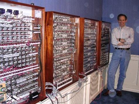 Релейный компьютер Гарри Портера на фоне его автора