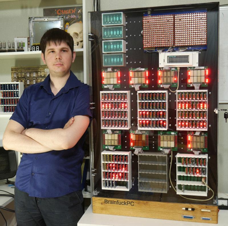 Релейный компьютер BrainfuckPC на фоне его автора