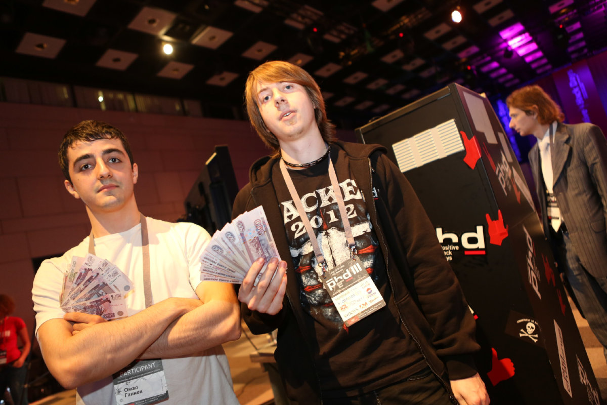 Омар Ганиев (слева) и Анатолий Катюшин (справа) после награждения на Positive Hack Days III
