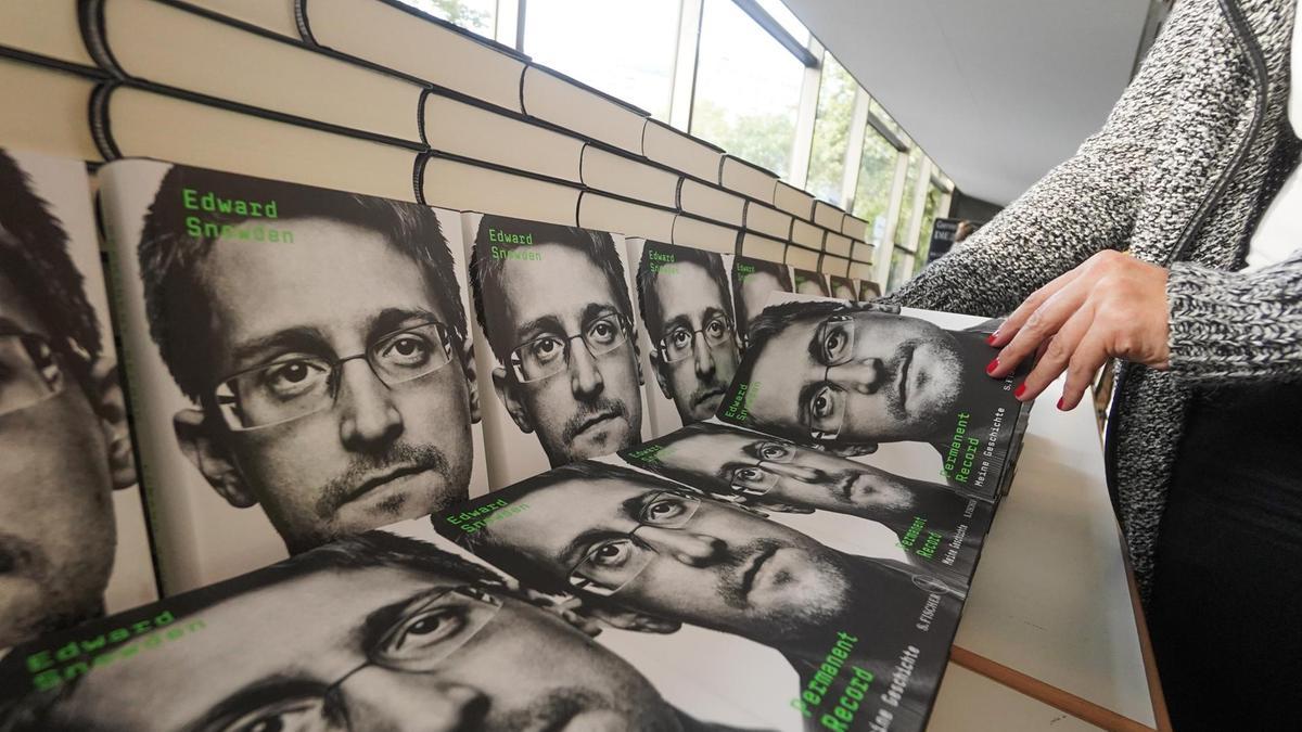 Суд постановил, что Эдвард Сноуден не может получать прибыль от продаж своей книги