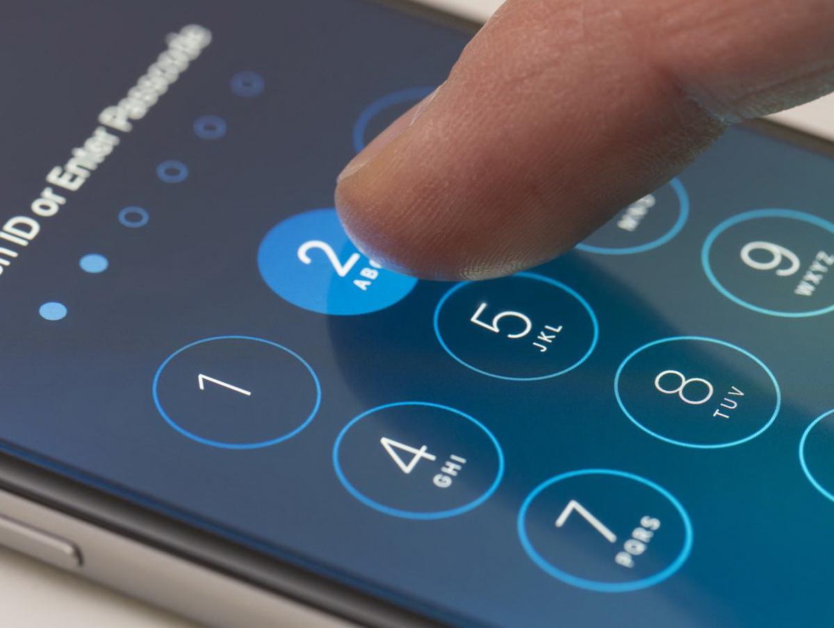ФБР вновь обратилось к Apple за помощью: нужно взломать iPhone стрелка из Пенсаколы